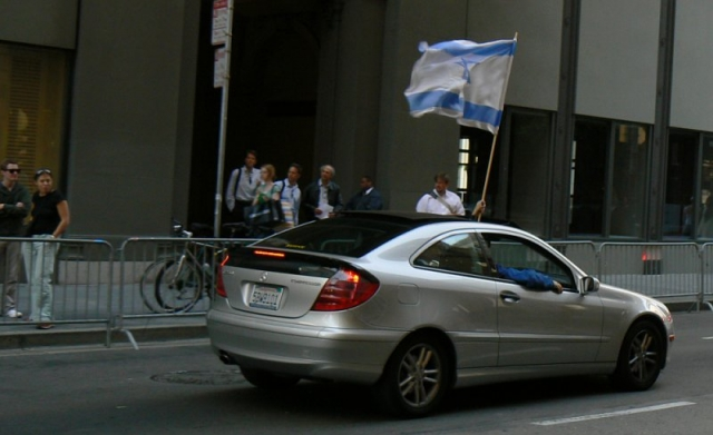 640_14_car_with_flag.jpg original image ( 800x489)