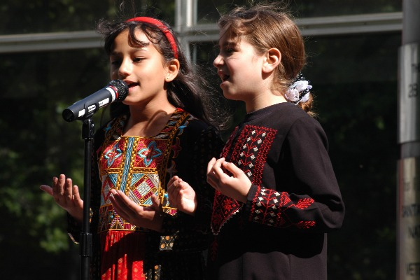 palestinian_girls_singing_sj_20070515.jpg