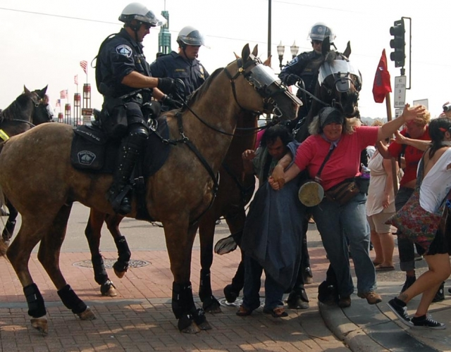 640_cops_confronting_protesters6-ps.jpg