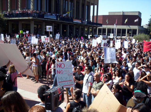 640_sproul_plaza_crowd.jpg