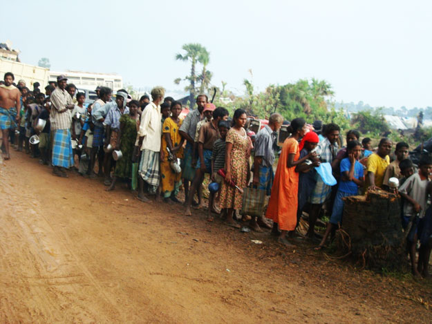 food_shortage__people_waiting_in_long_queues_for_gruel.jpg