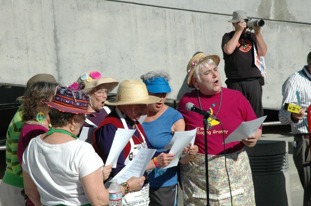 640_raging_grannies.jpg original image ( 3008x2000)