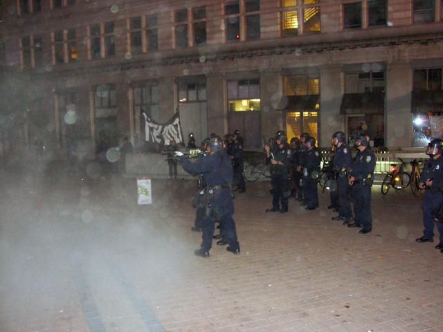 occupyoakland-day016-raid-102511044651.jpg