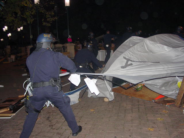 occupyoakland-day016-raid-102511045336.jpg