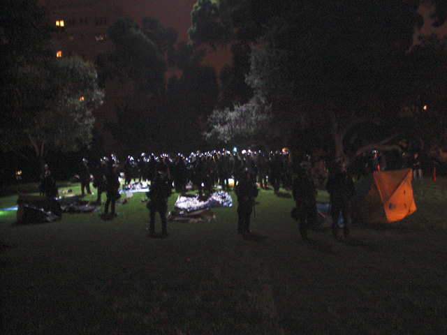 occupyoakland-day016-raid-102511061708.jpg