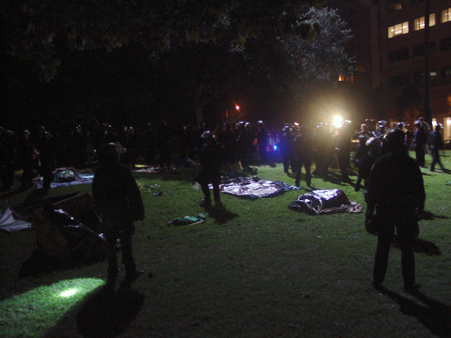 occupyoakland-day016-raid-102511061758.jpg