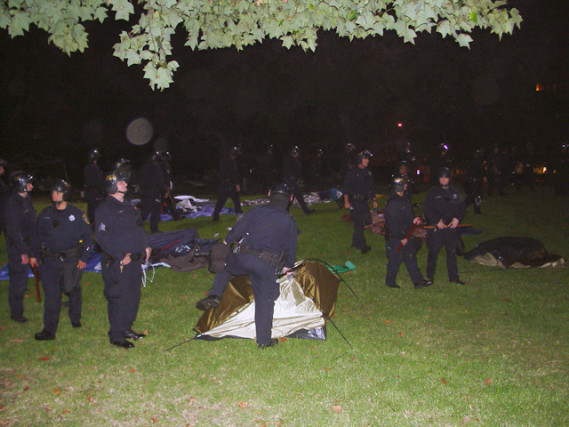 occupyoakland-day016-raid-102511061851.jpg