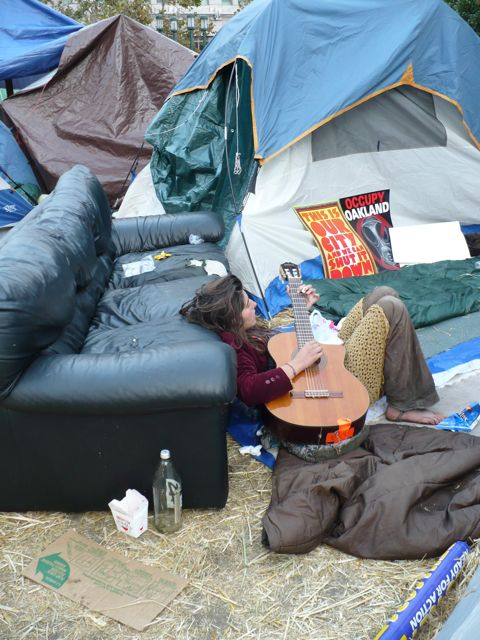 occupyoakland-guitarist.jpg
