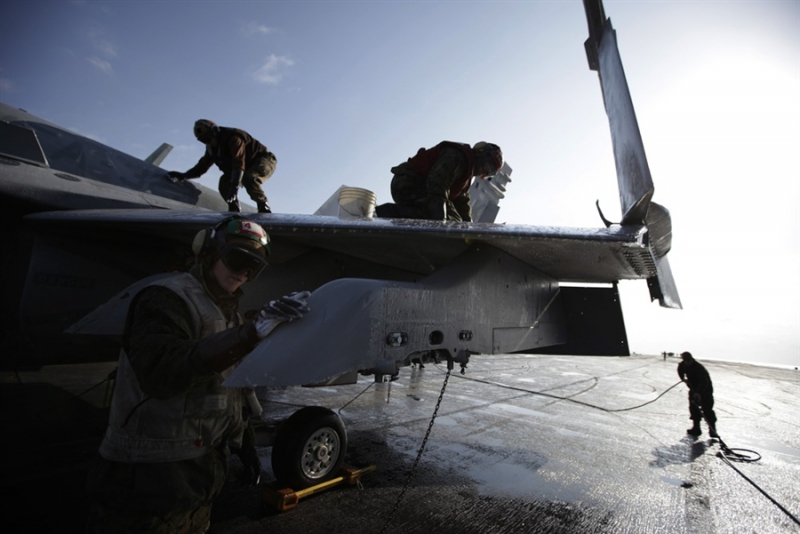 800_uss_sailors_washing_contamiinated_planes.jpg