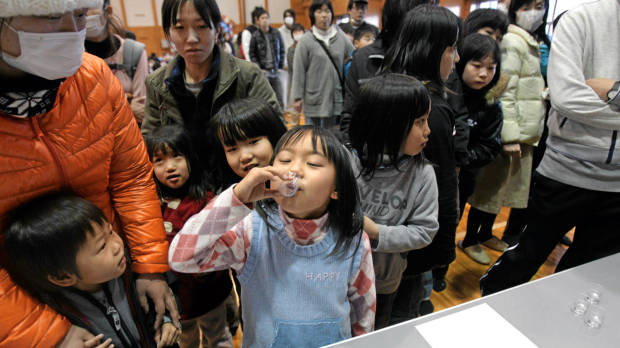 fukushima_childrend_taking_iodined_capsuls.jpg