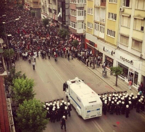 police_blocking_taksim_square.jpg