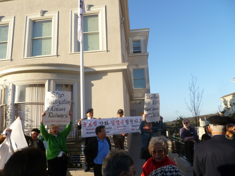 800_korea_gov_pays_demonstrators_as_sf_koren_consulate.jpg