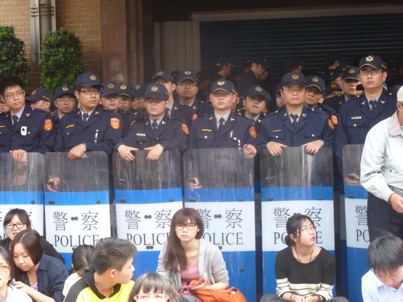 800_taiwan_women_students_in_front_of_police.jpg