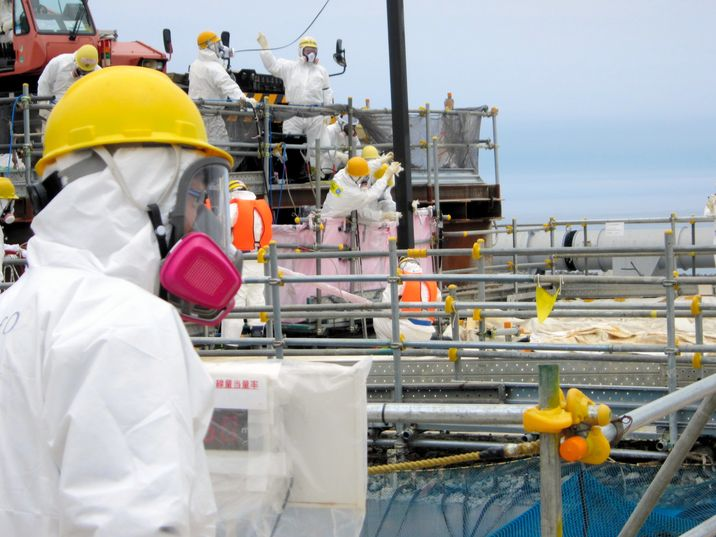 japan_fukushima_workers_at_plant_4.jpg