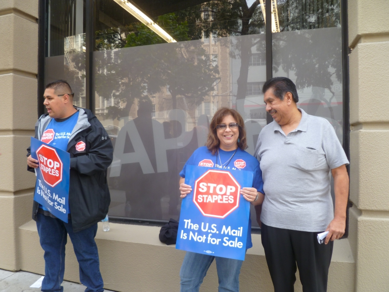 800_apwu_pickets_with_nalc_retired_ronald_ramirez_author_.jpg