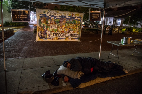 480_freedom-sleepers-1-santa-cruz-city-hall-food-not-bombs_1.jpg original image (1400x935)