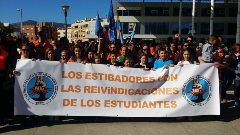 sm_spanish_dockers_in_struggle_with_barcelona_spanish_dockers_in_struggle_in_solidarity_with_teachers_and_students_against_on_strike_against_cuts___soycoordinadorastudents.jpg