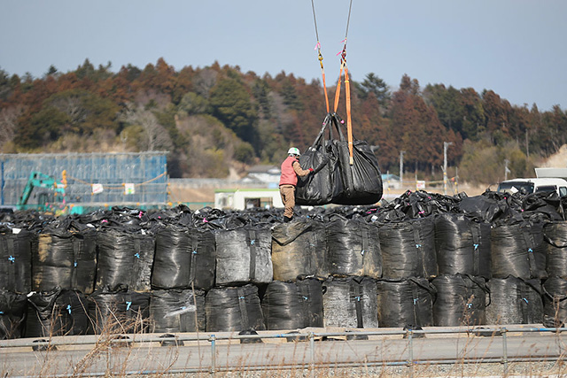 japan_fukushima_contaminate_bags_.jpg