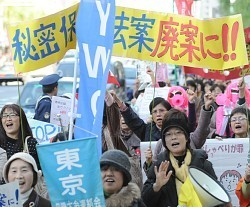 japanese_fukushima_women_protesting_secrecy_laws.jpg