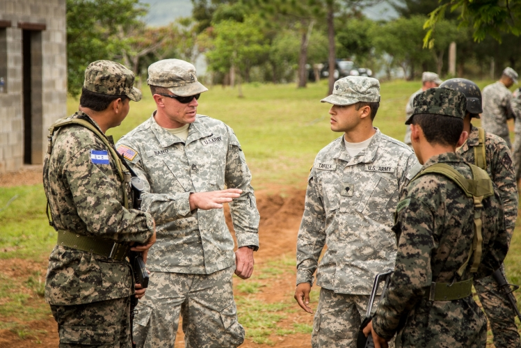 sm_el_salvador_us_troops_train.jpg