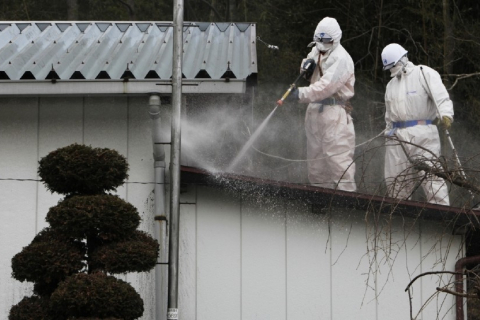 480_fukushima_cleaning_roof_5_years_after.jpg