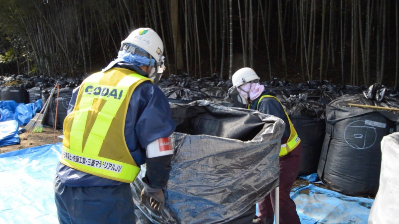 sm_fukushima_clean-up_moving_bags.jpg