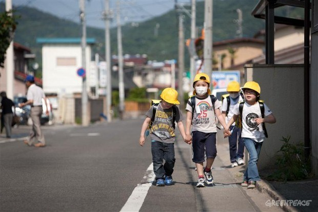japan_fukushima_children_with_helmets.jpg