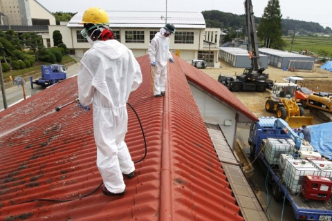 480_fukushima_decontaminating_a_grade_school.jpg
