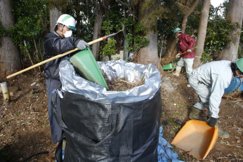 480_japan_fukushima_clean-up_workers_filling_bags.jpg